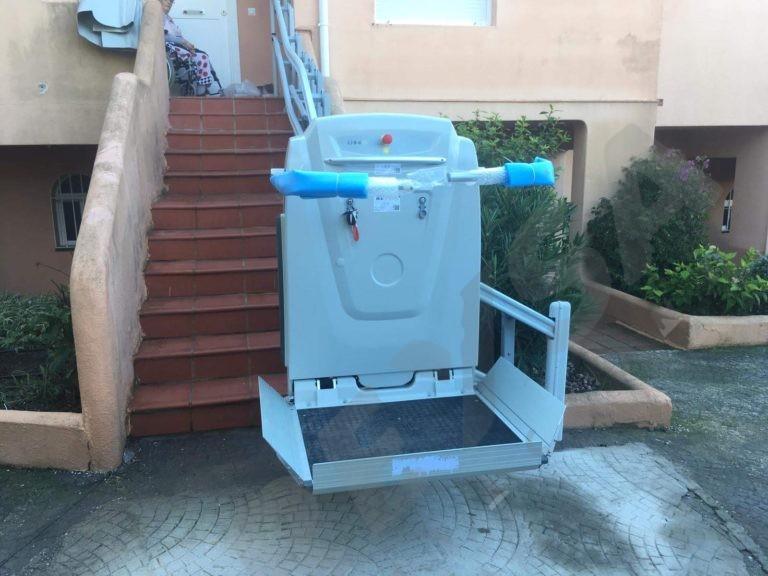 Nueva instalacion de plataforma salvaescaleras para minusvalidos